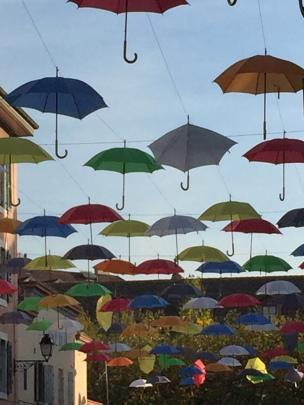 Carouge parapluies dans le ciel